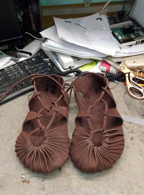Моя обувь крупным планом. Фото сделала на своем рабочем столе дома. Это исторически точные кожаные поршни десятого века. Друг сшил их мне бесплатно