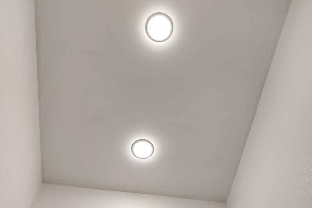 После того как краска высохла, муж заново подсоединил светильники. Свет получился теплый, и его даже в избытке. Так что настольные и настенные лампы мы решили не добавлять