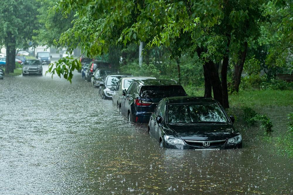 Автомобили, которые были припаркованы выше по улице, не пострадали от воды. Источник: Mkfilm / Shutterstock