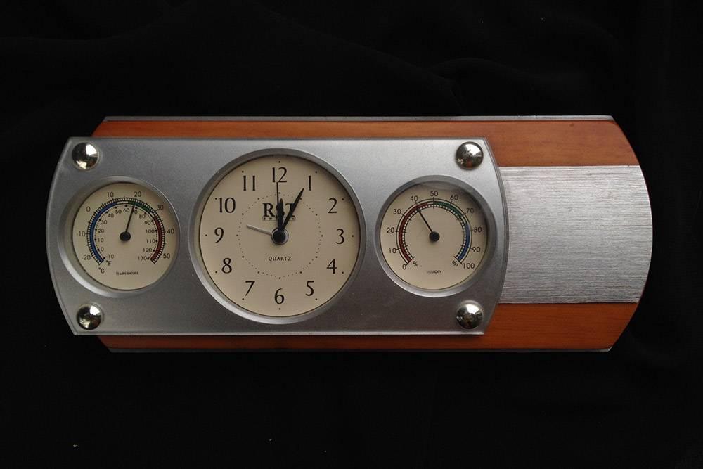 Этот прибор совмещает в себе сразу три устройства: термометр, часы и гигрометр. Он неточный, но длядомашнего использования подойдет. У меня такой в Волжском