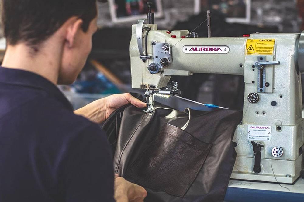 Первую швейную машинку Левон купил за 7 тысяч рублей. Уже после ее сменила немецкая техника марок Aurora и Sharp. Цена одной машинки — 70 тысяч