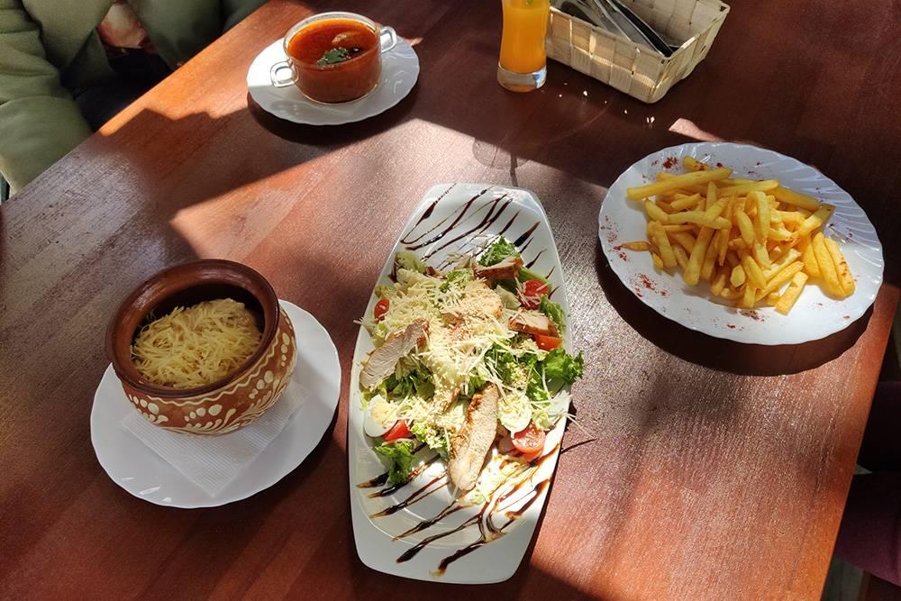 Солянка, драники в горшочке, салат по мотивам цезаря, картошка фри