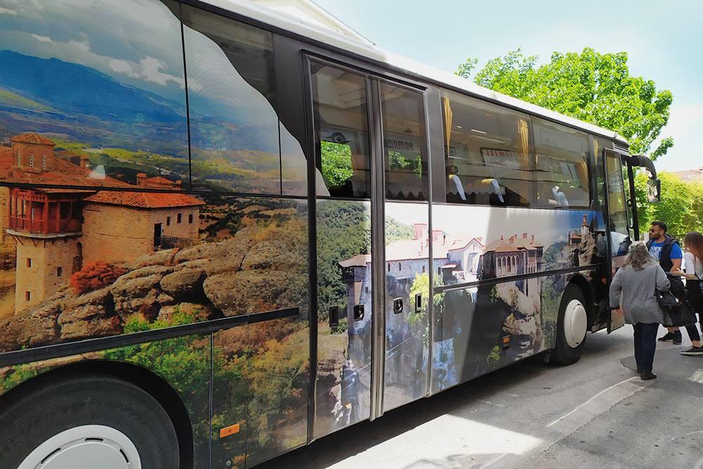 Внешне рейсовый автобус похож на экскурсионный — он большой, современный и украшен снаружи изображением Метеоров, а внутри в два ряда стоят чистенькие кресла