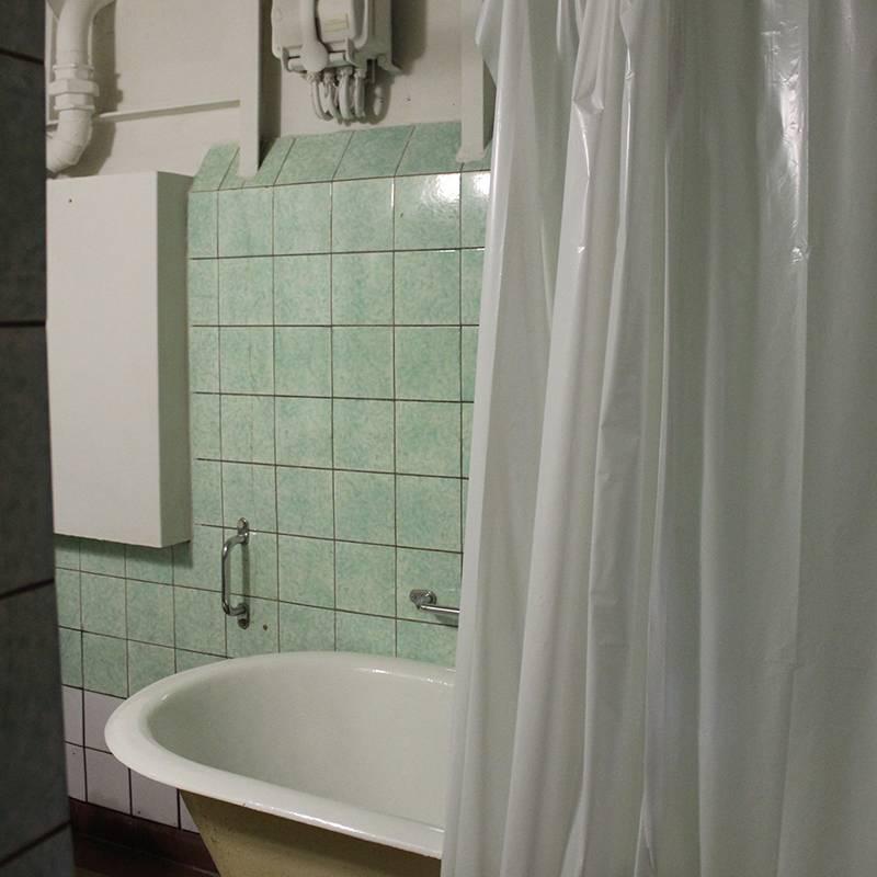 Экскурсовод сказал, что в этой ванне капитан спал во время шторма, потомучто сильная качка перебрасывала его через борта кровати