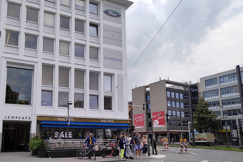 Фирменный магазин издательства Taschen вцентре Кельна