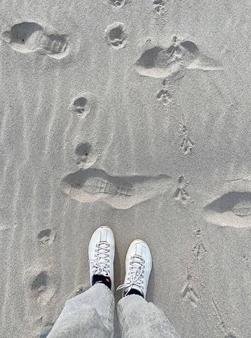 Песок очень приятный, но в мае он был холодным