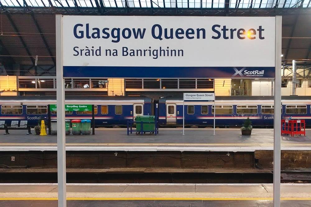 Двуязычная надпись на одном из вокзалов в Глазго