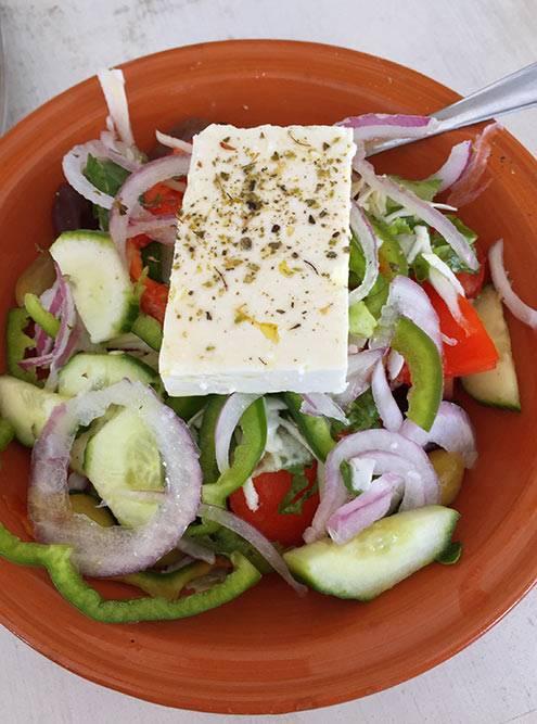 Греческий салат очень простой и вкусный. Его стандартная цена — 6€