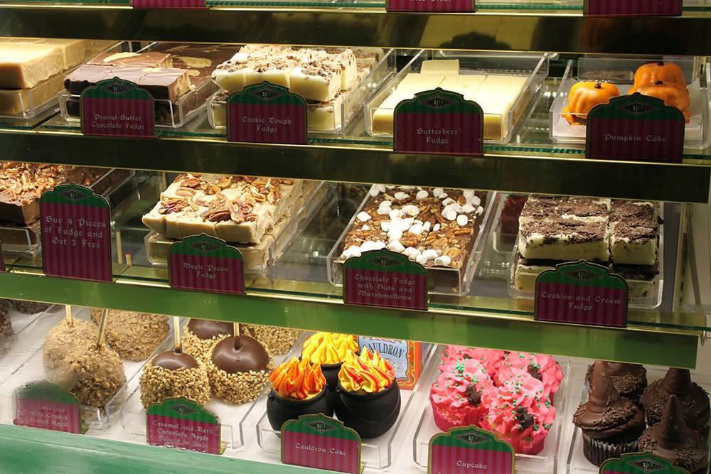 Тематические сладости в «Мире Гарри Поттера» в студии «Юниверсал» в Орландо. Я купила там шоколадную помадку. Одного кусочка достаточно, чтобы вызвать отвращение к десертам: это чудовищно сладко