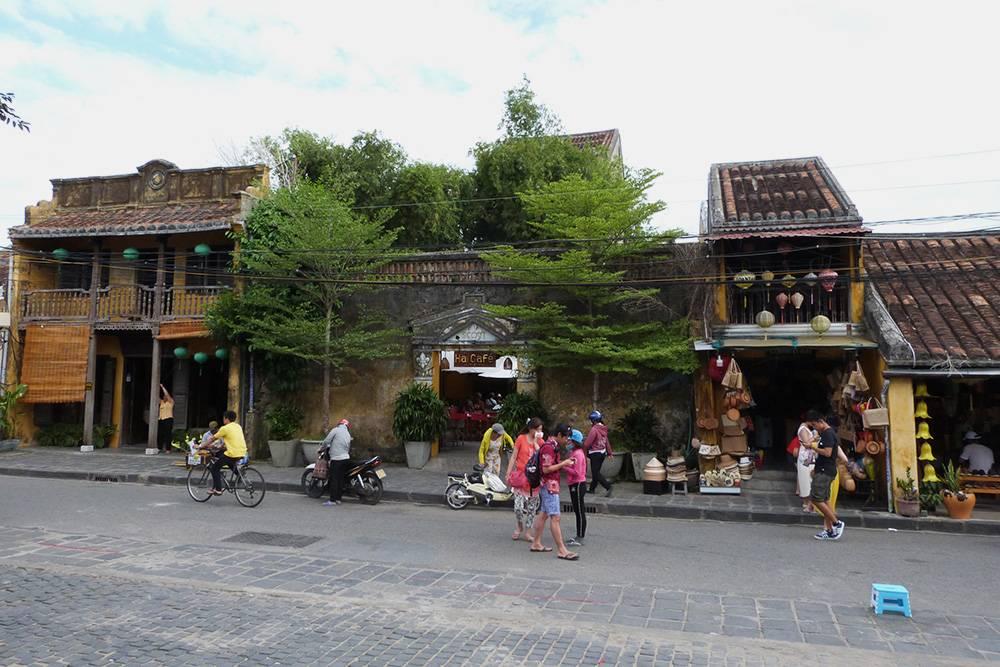 Архитектура Хойана старинная и очень милая: малоэтажные дома с черепичными крышами и китайскими фонариками