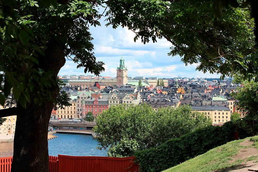 Со смотровой площадки Monteliusvägen на острове Сёдермальм открывается отличный вид на старый город. Прямо над смотровой за красным заборчиком находится небольшой живописный Ivar Los Park. Оттуда вид еще лучше