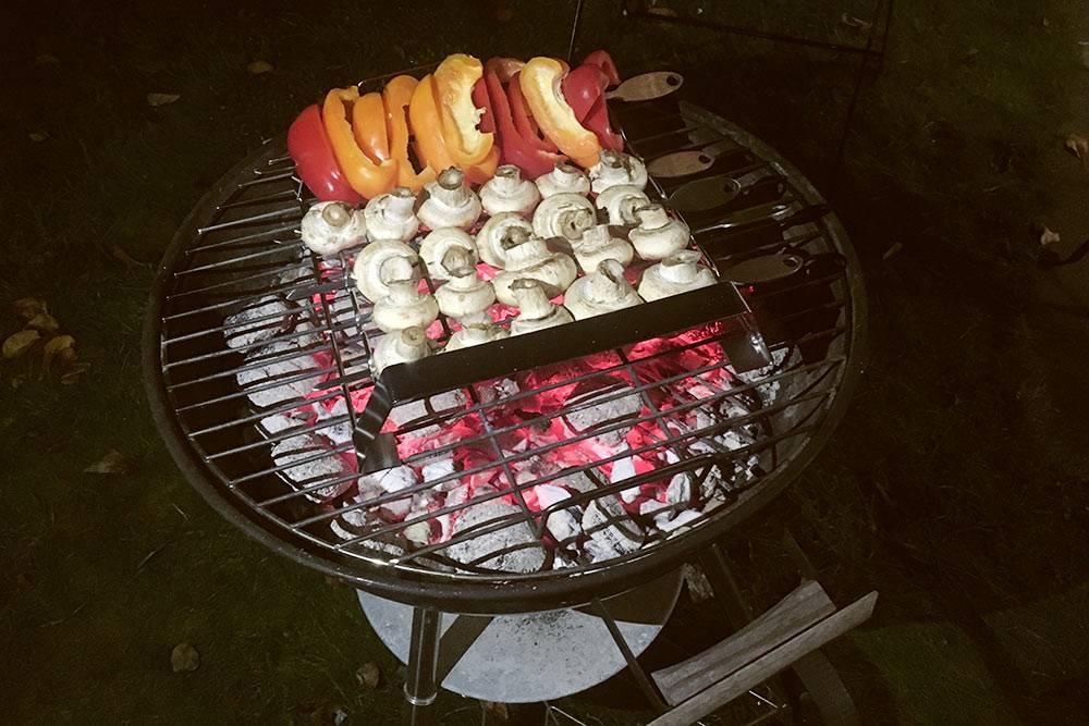 Мы частенько готовим перец и грибы на гриле во дворе нашего дома