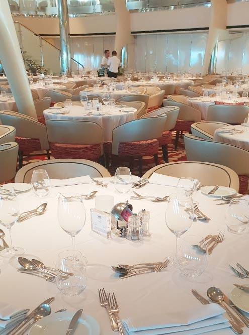 Так мы сервировали столы до начала ужина. В центре стола стоит табличка, где указаны имена официанта, помощника официанта и сомелье