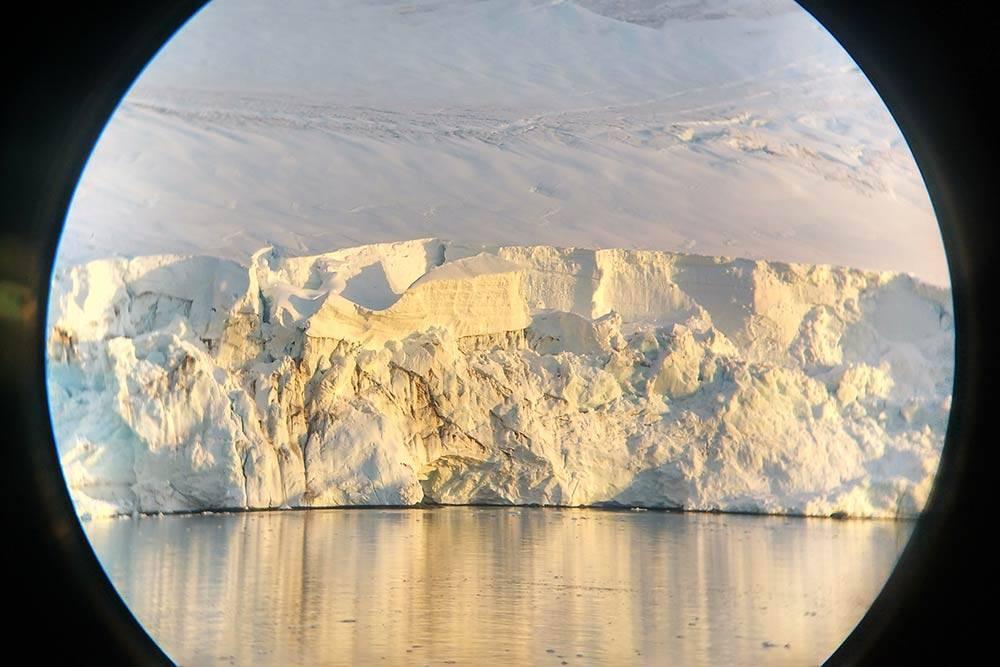 Рассматриваю ледники через бинокль. Периодически громадные глыбы откалываются и с шумом падают в воду
