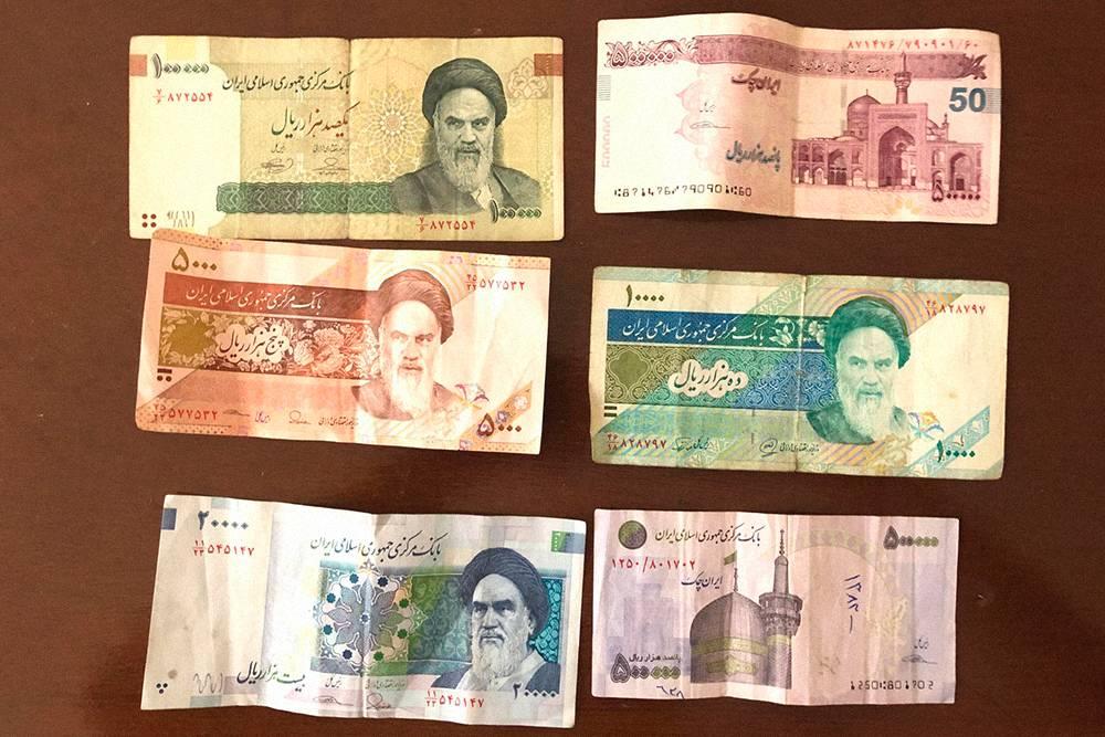 Так выглядят местные деньги — 5, 10, 20, 100 и 500тысяч риалов
