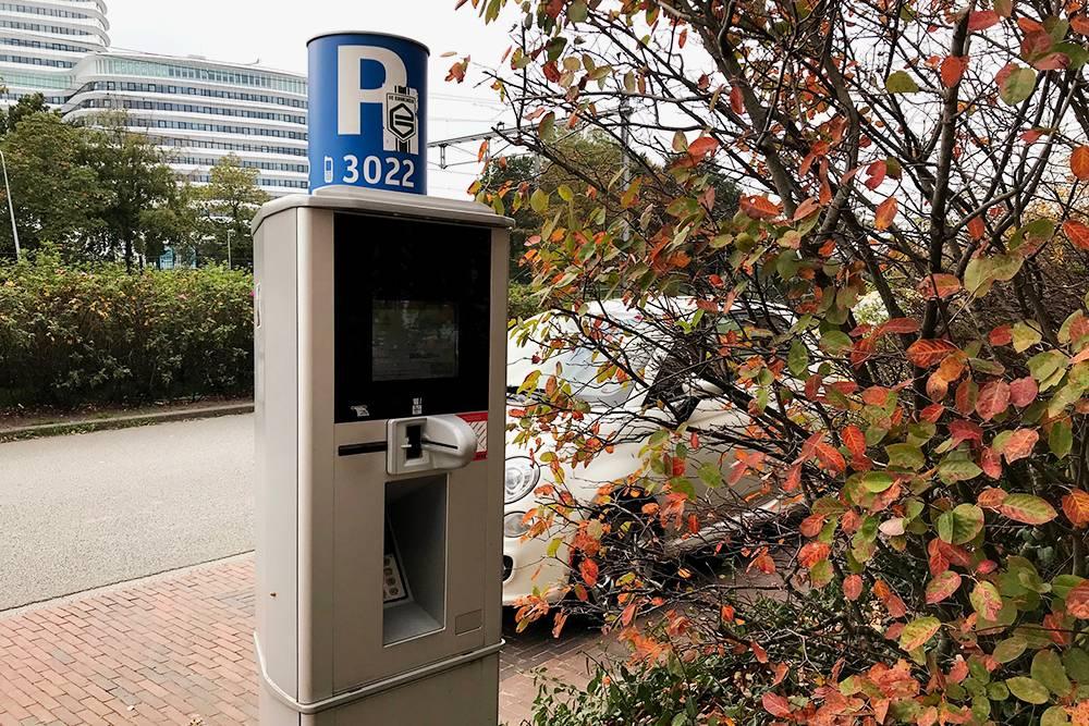 Многие паркоматы принимают только пластиковые карты
