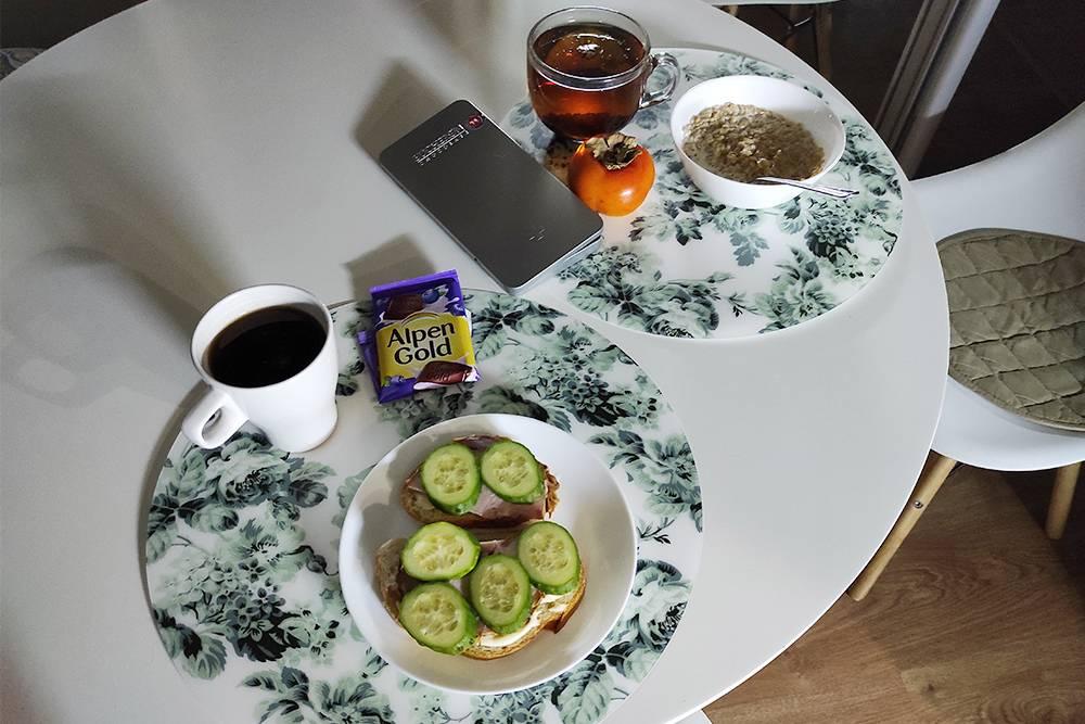 Аппетитный и питательный завтрак. Люблю осень и начало зимы за хурму, прекрасно понимаю пристрастие к этой ягоде архивиста из Петрозаводска