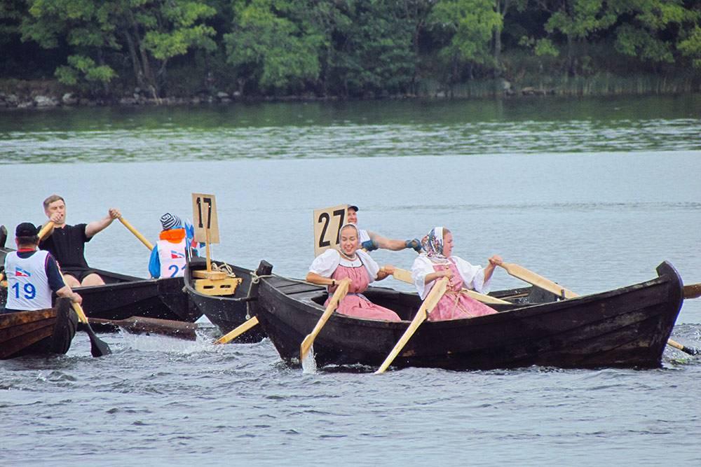 Участники и участницы Кижской регаты соревнуются на традиционных лодках-кижанках