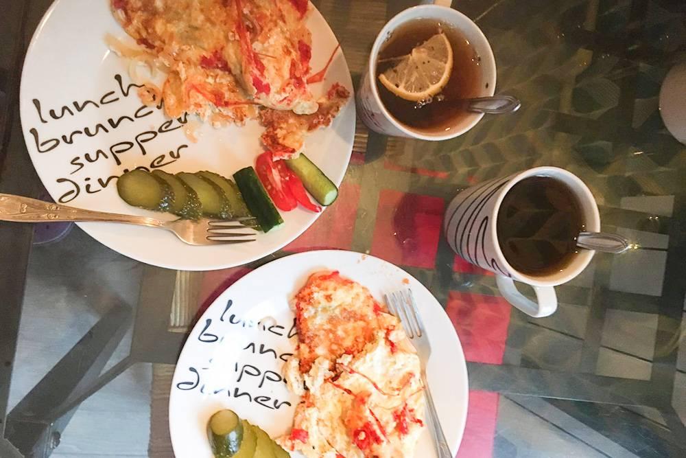 Наш завтрак. По выходным иногда могу заставить себя приготовить с утра что-нибудь вместо бутербродов