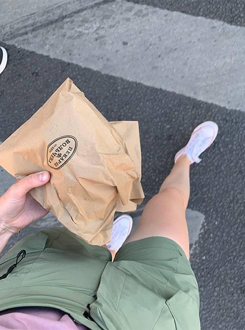 Самое приятное — нести домой свежий хлеб в бумажном пакете