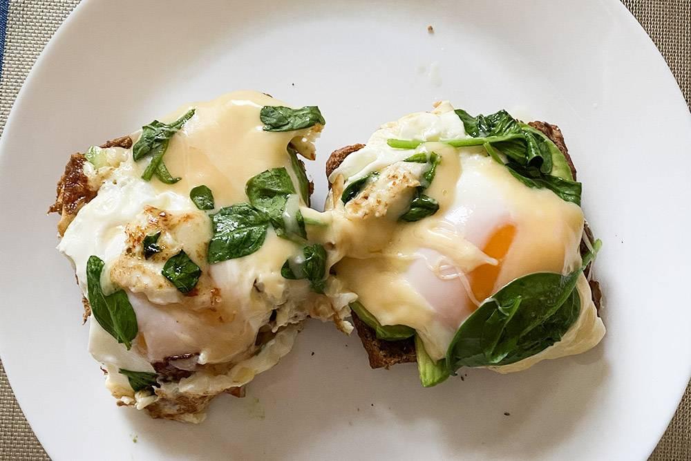 Завтракаю кофе и тостом с авокадо и яйцом
