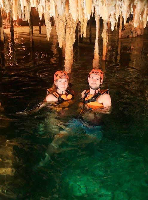 По карстовым пещерам в парке XPlor сплавляешься на каноэ, а потом плывешь в спасательных жилетах. Экскурсия вплавь заняла больше получаса и очень впечатлила. В пещерах живут летучие мыши