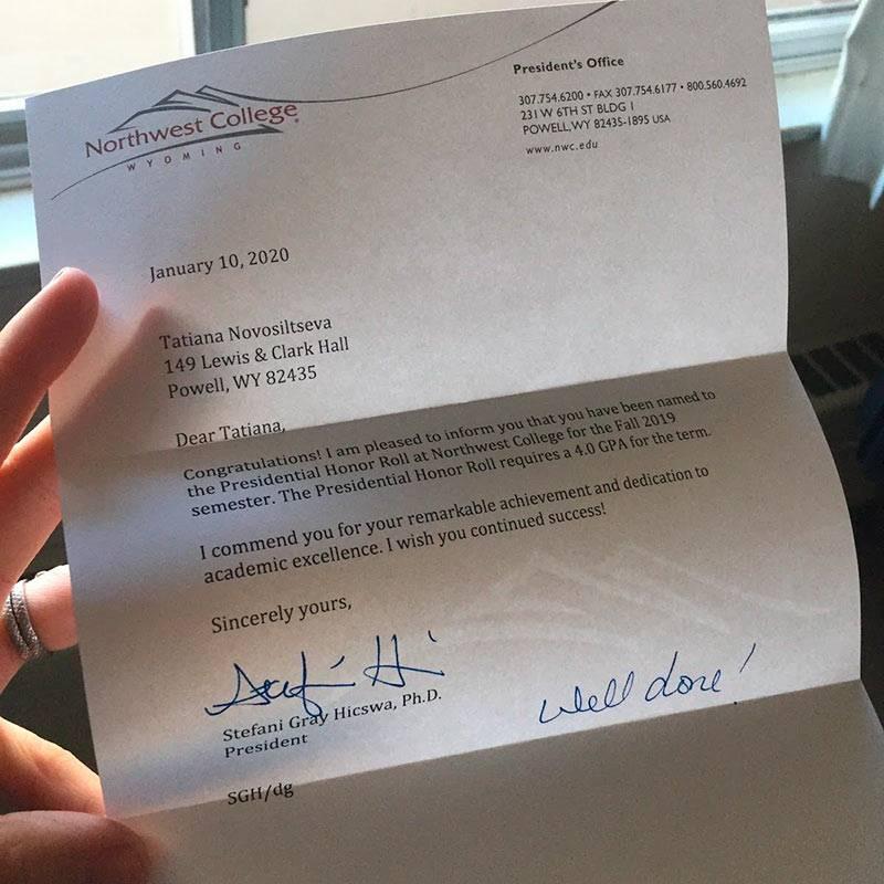 Каждому студенту-отличнику вконце семестра приходит письмо споздравлениями отдиректора колледжа