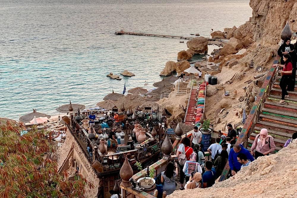 Кафе украшено старинными предметами быта и популярно не только у туристов, но и у местных жителей
