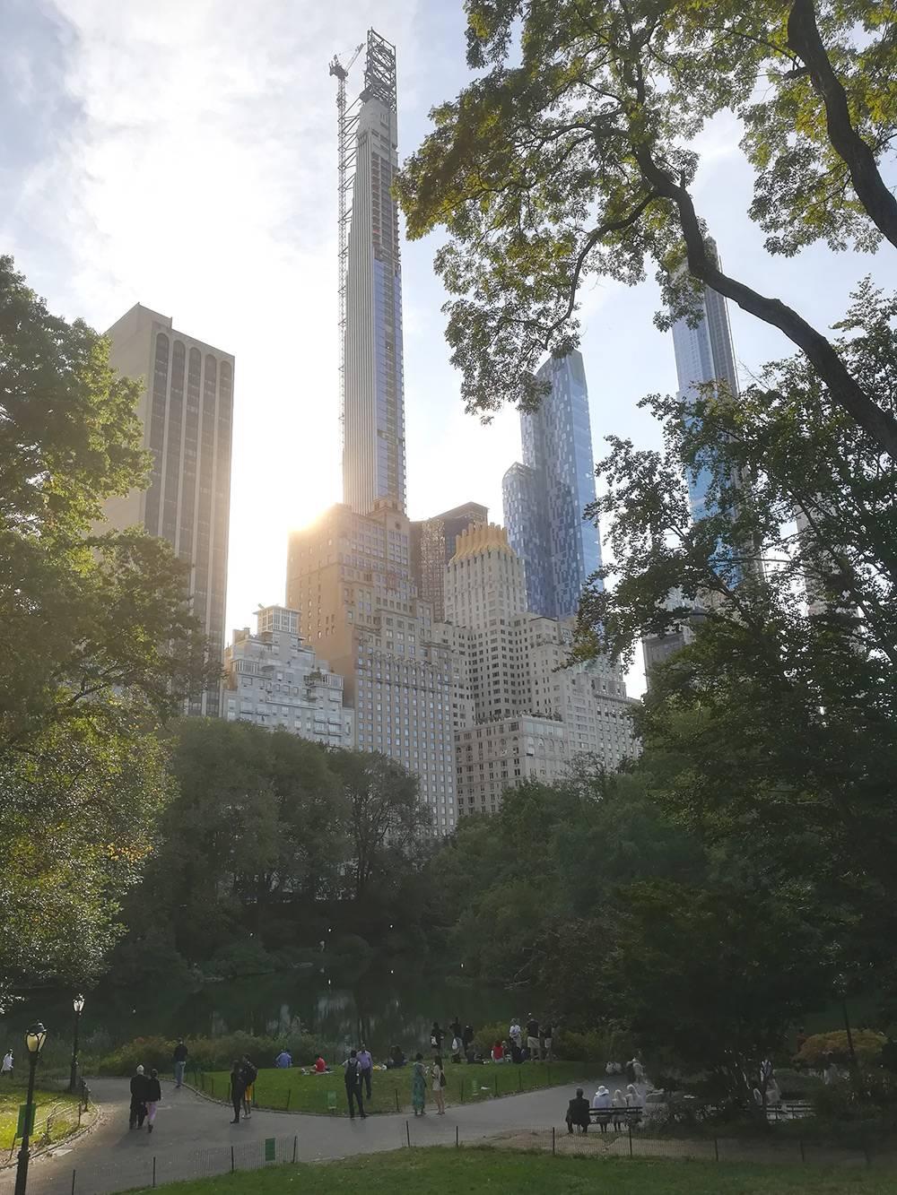 Манхэттен растет не вширь, а ввысь. Говорят, девелоперы покупают право на воздух надзданием, чтобы строить небоскребы