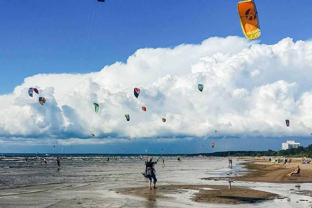 Кайтеры на берегу залива. Им там удобно: сильный ветер, длинный пляж, а глубина небольшая — всенедостатки Финского залива длякайтеров становятся преимуществами