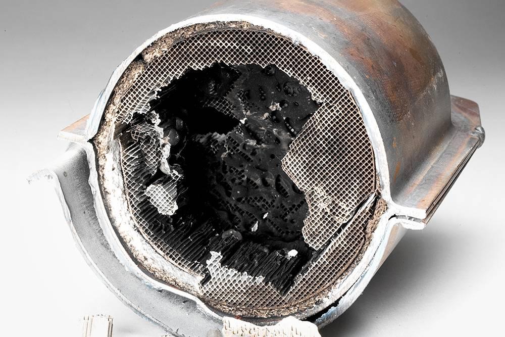 Неисправный катализатор может оплавиться, разрушиться, у него могут забиться соты. Источник: LuYago / Shutterstock