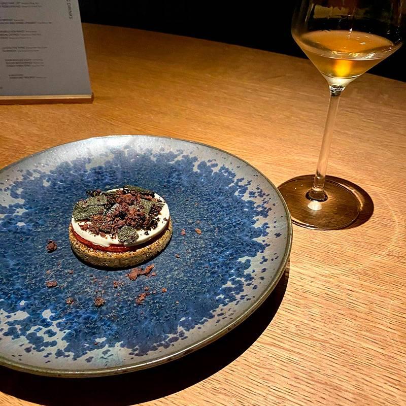 АвCODA подают 8смен, ивсе — десерты. Вы когда-нибудь пробовали арбузный пирог стаджасскими оливками иводорослями нори? Акнему — водку счаем?