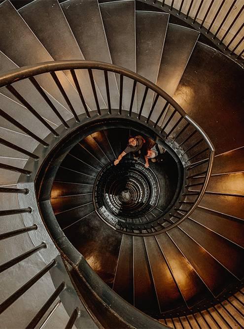 Между этажами передвигаются на лифте или по винтовой лестнице. Фото: Ульяна Грушина
