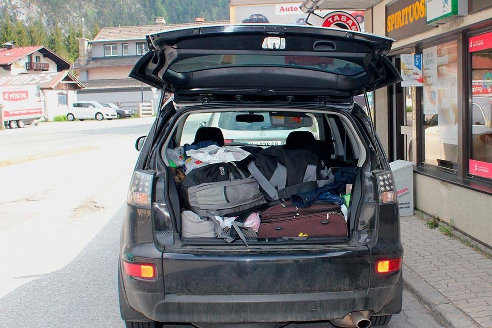 Некоторые пассажиры берут больше вещей, чем я. У Аутлендера вместительный багажник, но места всеравно никогда не хватает