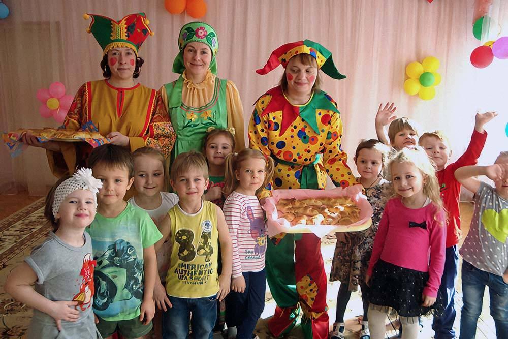 В таком же празднике участвовала и моя дочь. На все мероприятия воспитатели переодевались в тематические костюмы, проводили игры, конкурсы, а повара готовили специальные угощения. Источник: «Аномир-ру»