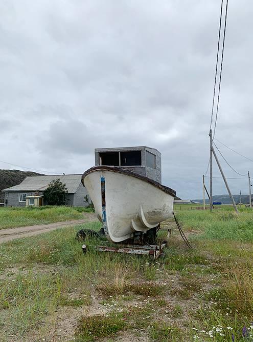 В старой Териберке большинство домов частные, и почти рядом с каждым стоит лодка