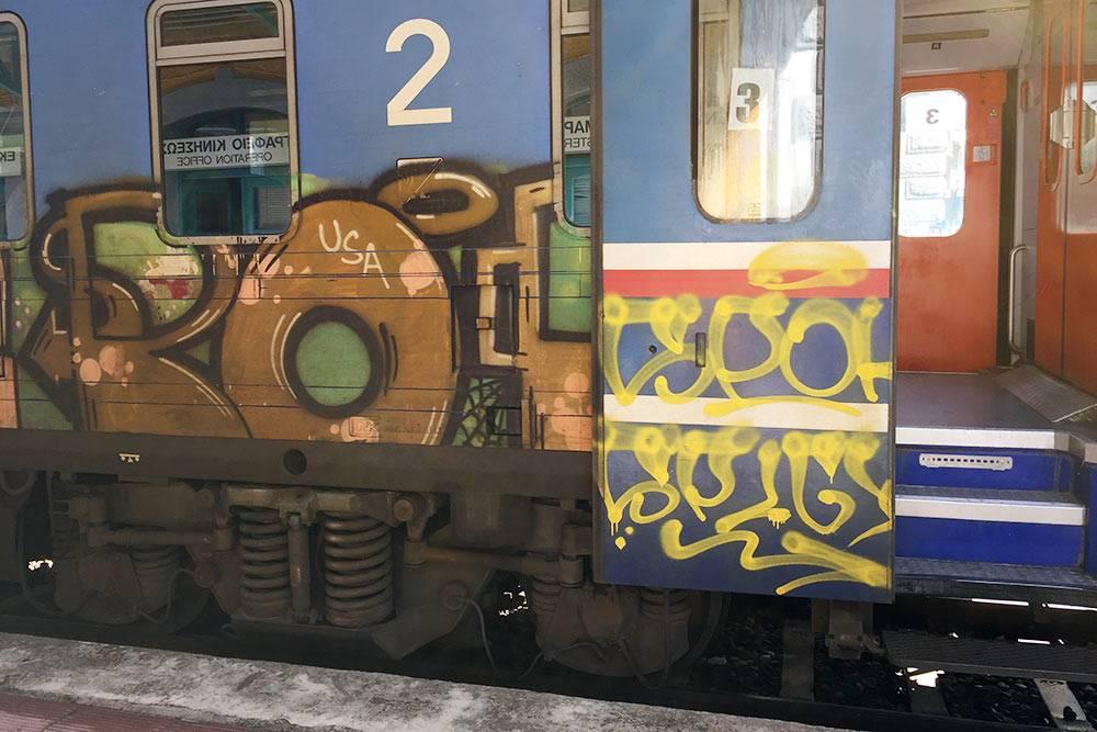 Поезд снаружи расписан граффити, но внутри выглядит прилично