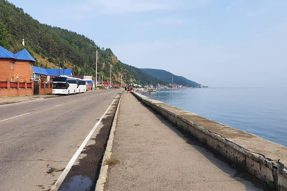 Автотрасса, вдоль которой тянется поселок