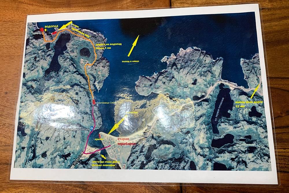 Карта с основными достопримечательностями Териберки на ресепшен нашего отеля. До конца всех дорог мы не добрались: не захотели идти 12 километров пешком