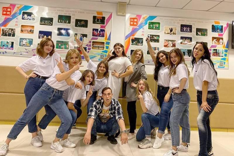 Наш коллектив на концерте в День образования КНР. В сером пиджаке — наша руководительница Марина, она работает с иностранными студентами в Китае
