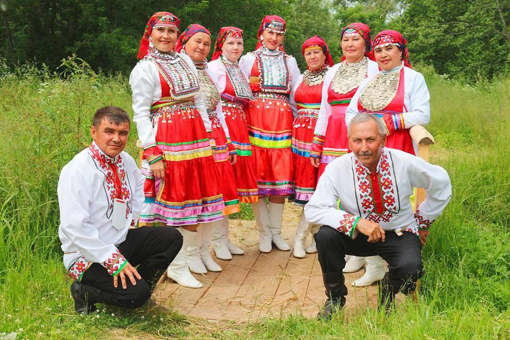 Представители мари. В таких нарядах людей в Йошкар-Оле можно увидеть какминимум один раз в год: во время марийского национального праздника «Пеледыш пайрем» — «Праздника цветов». Фото: группа «Марийцы России» во Вконтакте