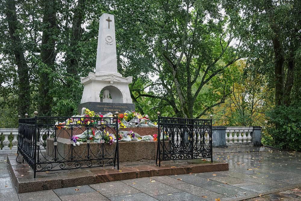 Могила Пушкина в Святогорском монастыре в Пушкинских горах