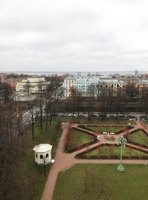 Еще с колокольни видно город и море
