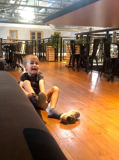 Никто не запретит ребенку сидеть на полу в кафе
