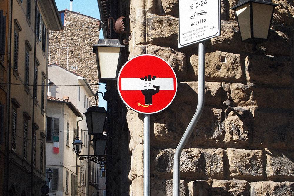Во Флоренции много необычных дорожных знаков. Автор рисунков — французский художник Абрахам Клет. Если хотите рассмотреть другие знаки, загляните в его студию. Фото: Hugh/Flickr