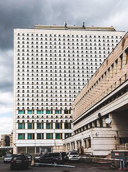 Окна библиотеки имени Пушкина. Рядом находится одноименная станция метро — единственная в городе. Она служит подземным переходом. Метрополитен пытались построить много лет, но в итоге проект законсервировали