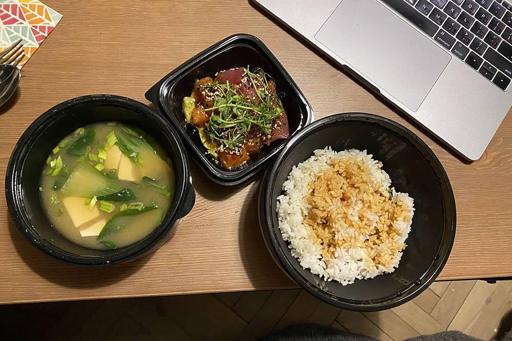 Мой ужин: суп с тофу и рис тунцом и лососем. Рыба была потрясающая, но в целом ужин мне не понравился
