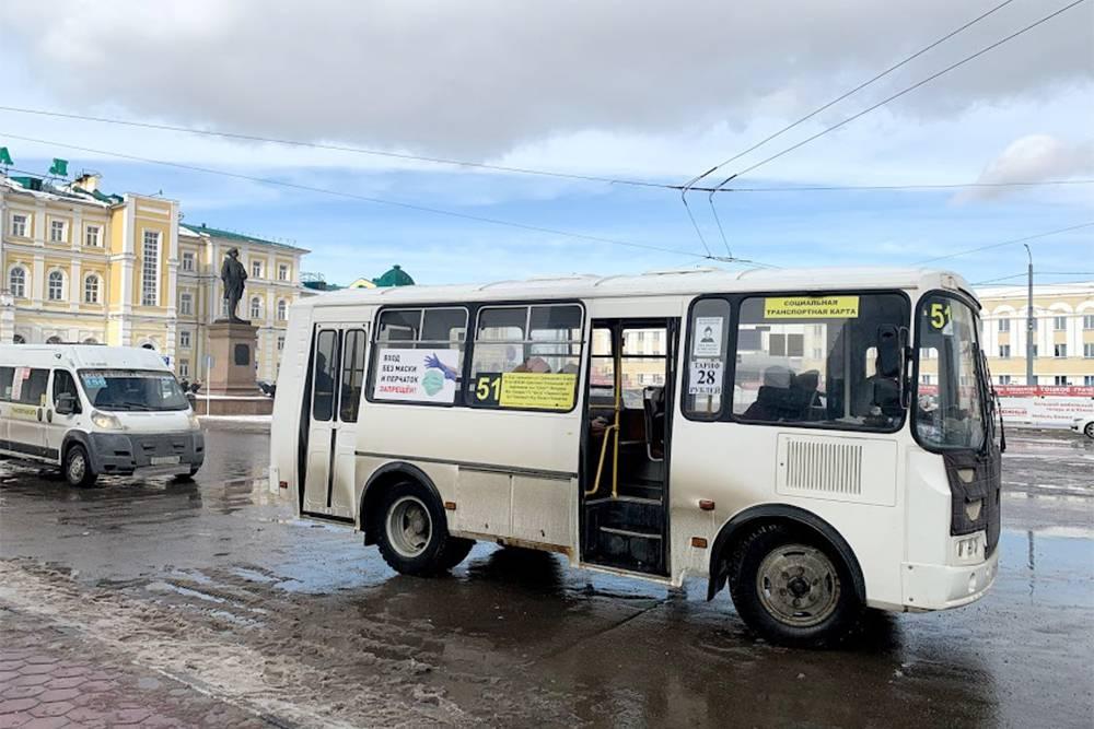 Жалобы касаются и внешнего состояния автобусов — многие из них уже откровенно гнилые. Кроме того, горожане недовольны агрессивной ездой маршрутчиков