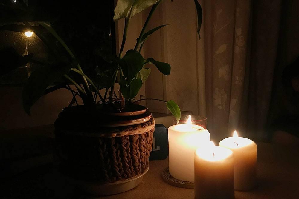 Создаю вечерний уют. Включаю напольный светильник, зажигаю свечи иаромапалочку