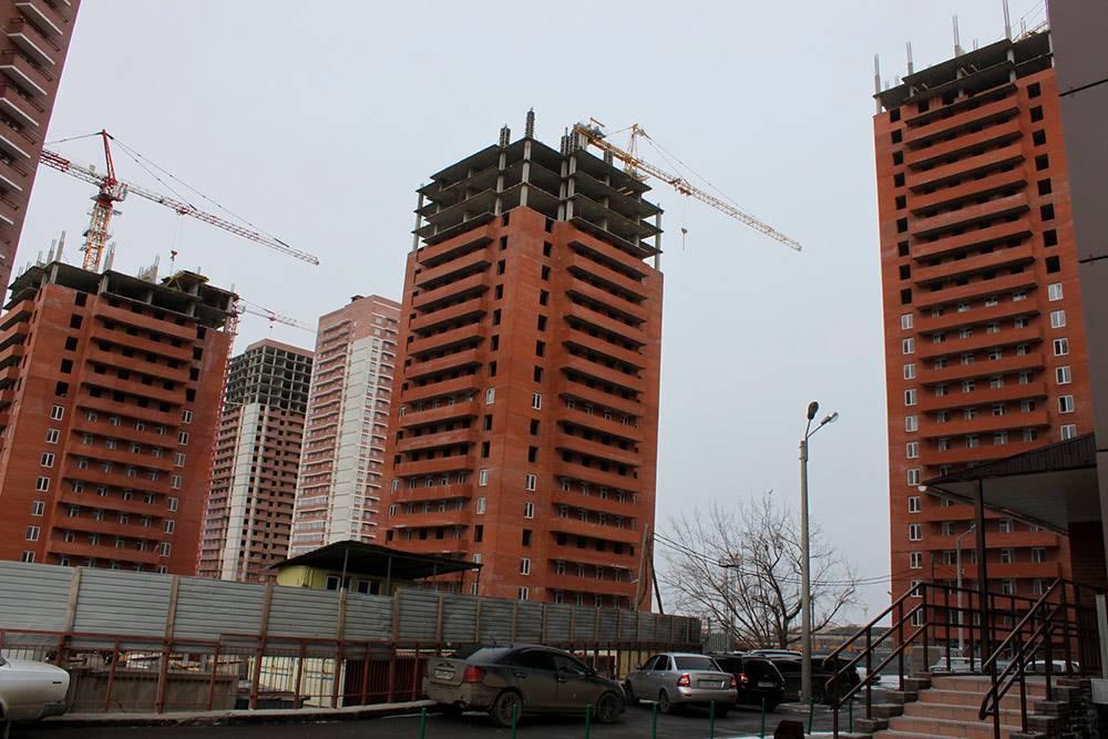 Три дома ЖК«Енисей». Когда два года назад мы покупали квартиру, они были тойже высоты